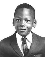 Michael Jeffrey Jordan urodził się 17 lutego 1963 roku w Nowym Jorku na Brooklynie, lecz niedługo potem przeprowadził się wraz z rodzina do Wilmington w ... - michael_jordan_kid_young